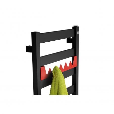 Grzejnik łazienkowy Terma Leda. Grzejnik wąski o szerokości 40cm i wysokości 67cm, kolor czarny mat, z podłączeniem dolnym o rozstawie 370mm z wieszakiem Happy Shark w kolorze czerwonym