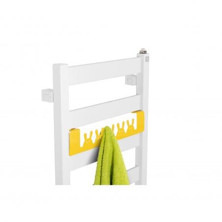 Grzejnik łazienkowy Terma Leda. Grzejnik wąski o szerokości 40cm i wysokości 67cm, kolor biały mat, z podłączeniem dolnym o rozstawie 370mm, z relingiem Happy Rabbit w kolorze żółtym