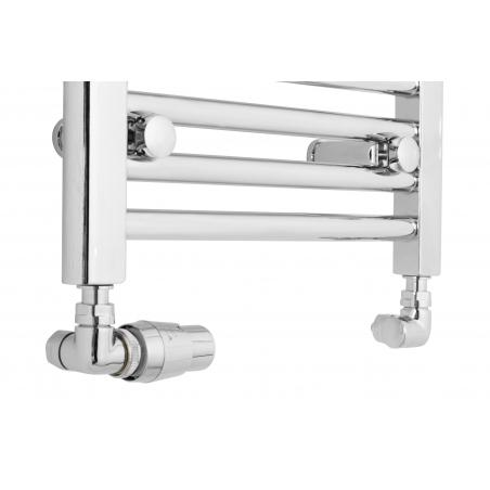 Grzejnik chromowany łazienkowy Constans o szerokości 40cm z podłączeniem dolnym o rozstawie 350mm. Zamontowany zestaw zaworów termostatycznych Vision firmy Vario Term, chromowane, figura osiowo-lewa.