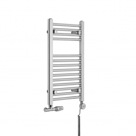 Grzejnik chromowany łazienkowy Constans o wymiarach 70x40cm z podłączeniem dolnym o rozstawie 350mm wraz z zaworem zespolonym - przyłączem jednootworowym Unico firmy Vario Term chromowany, figura kątowa prawa oraz z grzałką elektryczną Terma Moa chromowaną o mocy 200W z kablem spiralnym. Dzięki zastosowaniu przyłącza Unico można zmienić rozstaw podłączenia na 50mm, a w przeciwny pionowy kolektor grzejnika można podłączyć grzałkę.