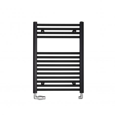 Grzejnik łazienkowy Constans w kolorze czarnym o wymiarach 70x50cm z podłączeniem dolnym o rozstawie 455mm. Zamontowany zestaw zaworów termostatycznych Vision firmy Vario Term chromowany, figura osiowo-lewa.