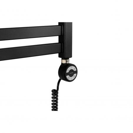 Grzałka Terma Moa w kolorze czarnym zamontowana na grzejniku łazienkowym Moon w kolorze S95 czarny mat.