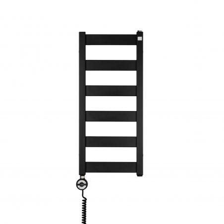 Grzejnik łazienkowy Terma Leda. Grzejnik wąski o szerokości 30cm i wysokości 67cm, kolor czarny, z podłączeniem dolnym o rozstawie 270mm z czarną grzałką elektryczną Terma Moa o mocy 200W zamontowaną z lewej strony